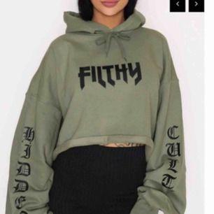 Snygg kortare hoodie i mörk grönt, nästan aldrig använd endast 1-2 gånger. Frakt står köparen för!