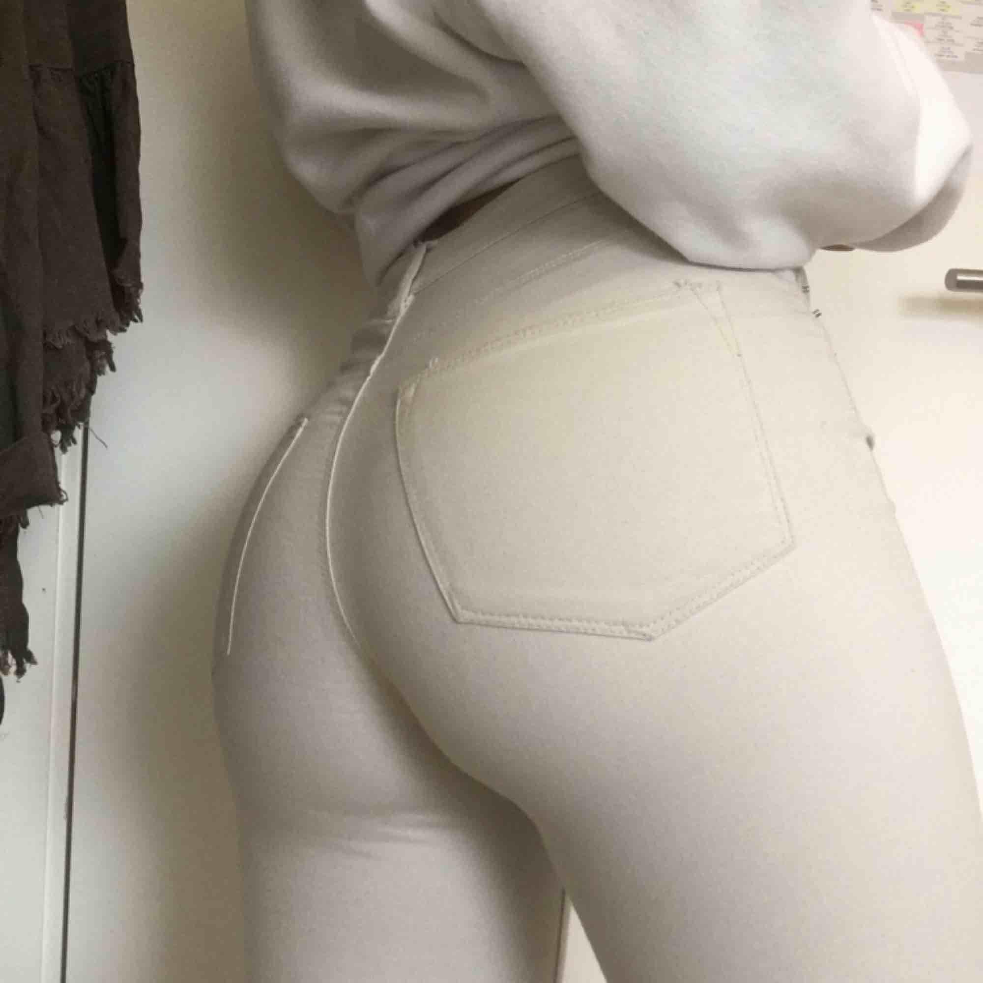 Ljus beiga byxor från bikbok. . Jeans & Byxor.
