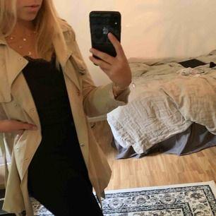 Säljer denna beiga kappa från Zara girls. Storlek 152 cm (XS). Kan används på många olika sätt (se bilder) Bra skick!! 150 kr plus frakt💫💫