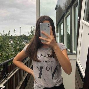 En fin grå t-shirt med tryck🤩  Storleken är 10-12 år, men den passar mig som har storlek ca XS-S