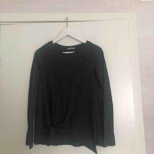 Mörkgrå långärmad tröja med knut. Kan mötas upp i Sthlm eller frakta (du betalar).
