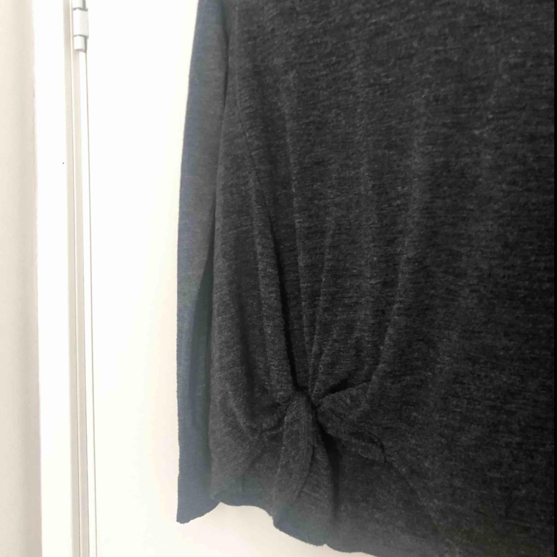 Mörkgrå långärmad tröja med knut. Kan mötas upp i Sthlm eller frakta (du betalar).. Toppar.