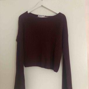 Vinröd stickad tröja med vida armar från NA-KD. Kan mötas upp i Sthlm eller frakta (du betalar).