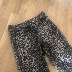 Snygga skinny leopard jeans från bikbok.