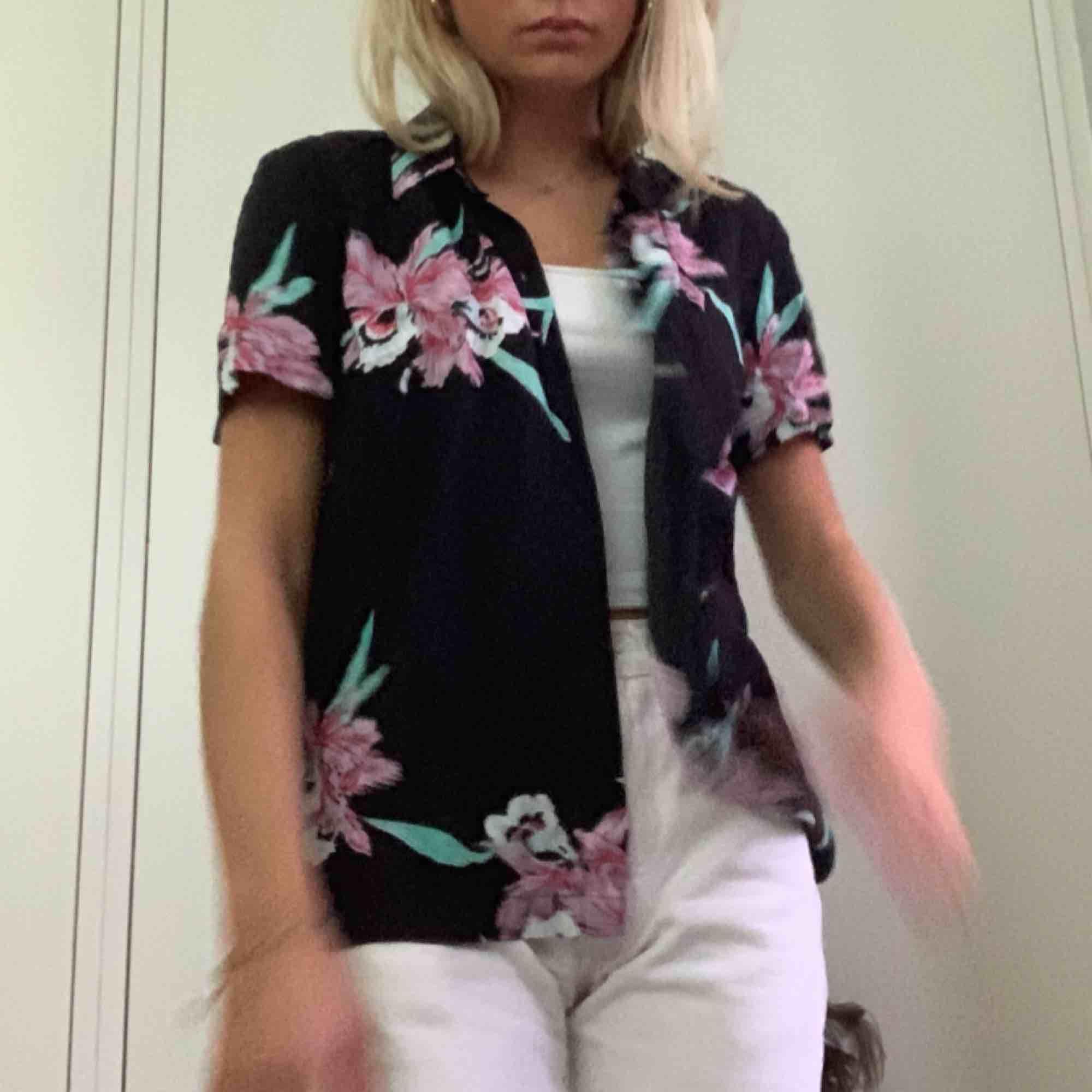 Vans-skjorta med blommor, säljes för används icke tillräckligt! Pris diskuteras möts endast upp i Stockholm! . Skjortor.