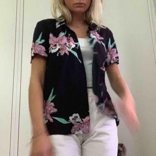 Vans-skjorta med blommor, säljes för används icke tillräckligt! Pris diskuteras möts endast upp i Stockholm!