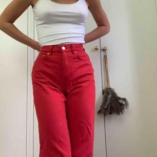 Världens snyggaste röda jeans köpta på weekday! Säljes för för små! Pris diskuteras möts bara i stockholm!