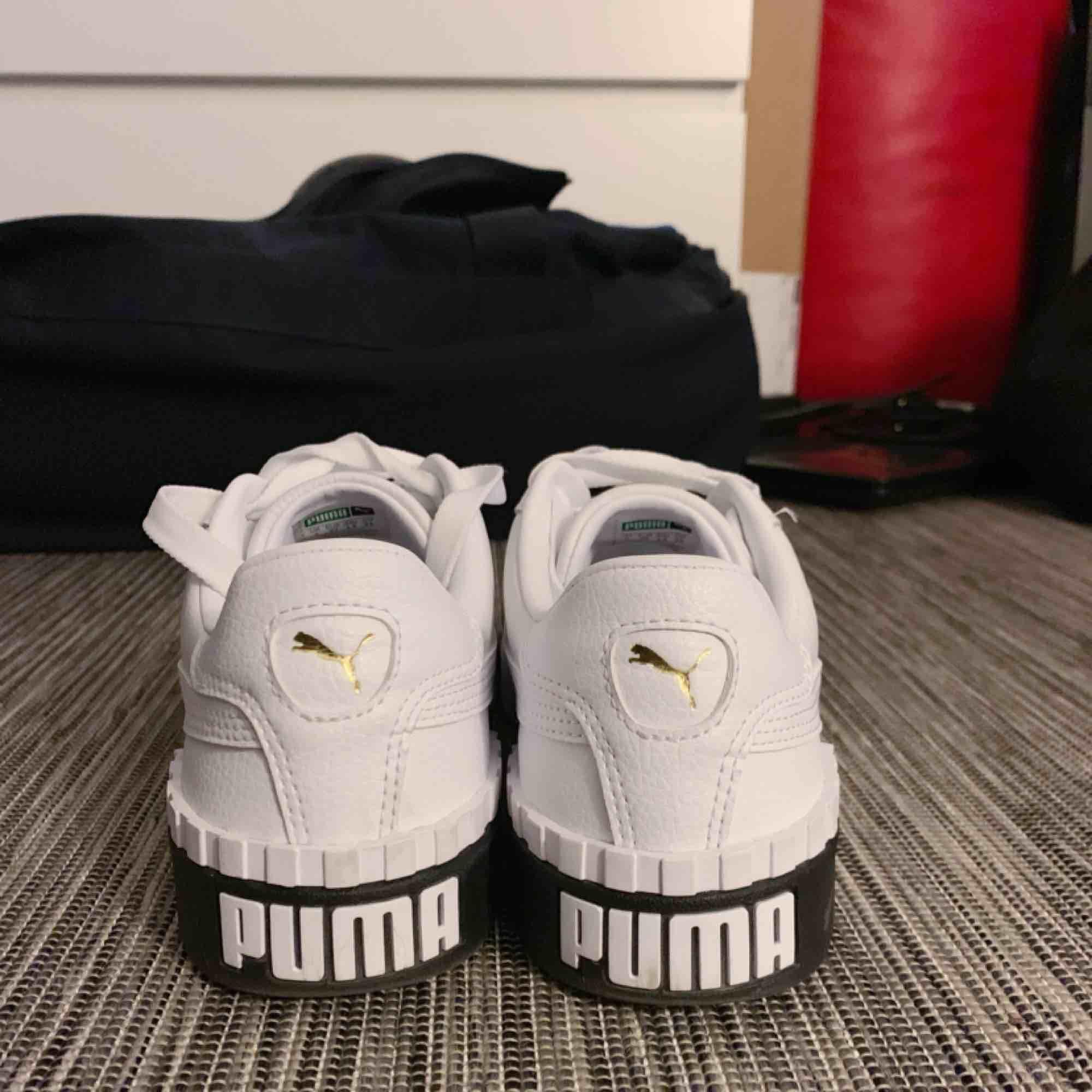 Skitsnygga och skitsköna nya puma skor som jag har använt ca 5 gånger. Dom är i helt ny skick och köpte dom i somras, men känner att dom inte riktigt passar mig. Nypriset var 1000 kr,. Skor.