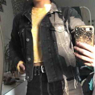 Jeans jacka från NA-KD anderea hedenstedts kollektion .