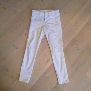 Vita tighta jeans från H&M! Nästan aldrig använda så därav i bra skick. Köpare står för frakt men annars går det bra att mötas upp i Lund! 💖