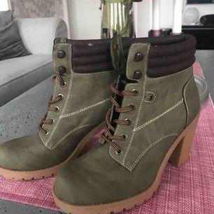 Har bara använt skorna 1 gång för att de var för stora & de är väldigt bekväma. Frakt ingår.