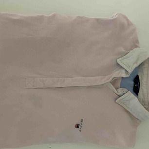Skjortliknande tröja från Gant. Nypris: 1000kr men eftersom den används ett antal gånger och inte är i jättebra skick så säljer jag den nu för 200kr men frakten står köparen för.