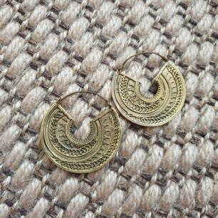 Fina handgjorda örhängen i mässing. Nickelfri. Från Ornament piercing and Jewelry butik.  Frakt ingår.