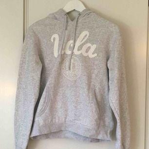 En ljusgrå hoodie (med luva, syns inte bra på bilderna) med vitt tryck. Kommer ifrån H&M. Knappt använd och i väldigt fint skick!  Även mjuk inuti. OBS! Notera att totalpriset är 104kr då frakten är 54kr.