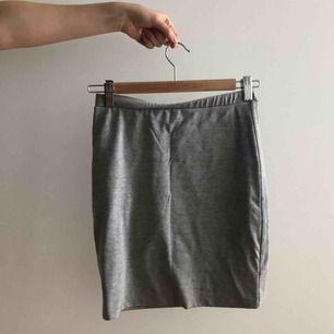 Jätteskön tub-kjol i ljusgrå.  Väl använd. Säljes pga flytt. Går att mötas upp i Stockholm, annars tillkommer frakt.