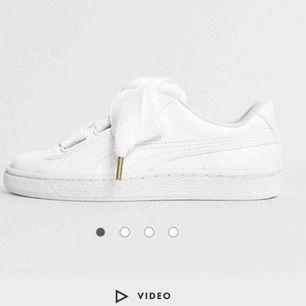 Ett par fina skor ifrån puma med hög sula. Knappt använda. Skriv om ni vill ha fler bilder på dem tagna av mig. Köparen får stå för fraktkostnaden!☺️