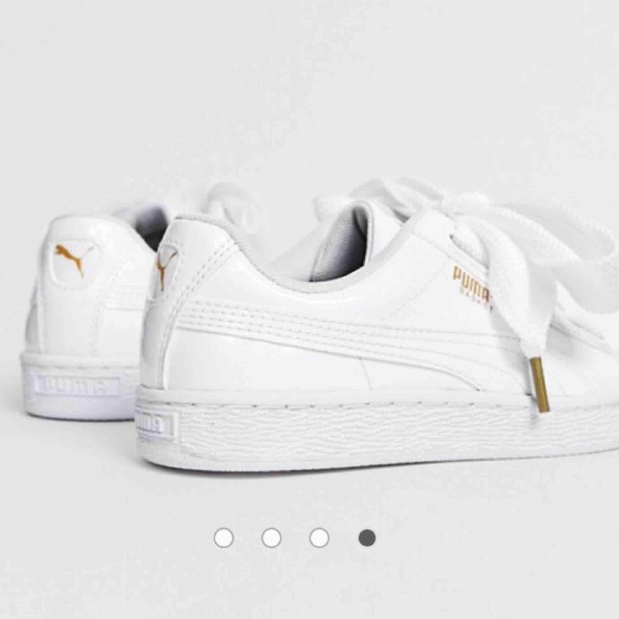 Ett par fina skor ifrån puma med hög sula. Knappt använda. Skriv om ni vill ha fler bilder på dem tagna av mig. Köparen får stå för fraktkostnaden!☺️. Skor.