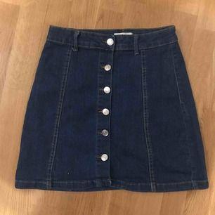 jeanskjol från Gina med knappar, om du vill se kjolen på så är det bara att skriva:) fraktkostnaden kan diskuteras 💙💙💙