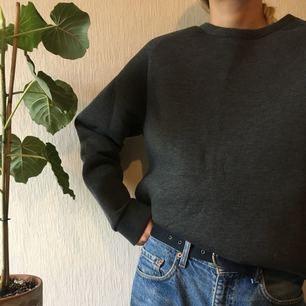 """Aningen """"stelt"""" material, från weekday Frakt: 40kr Jag är 177cm och bär normalt M 🌿🌿"""