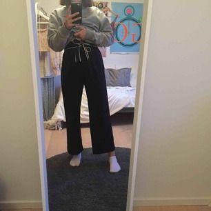 Snygga byxor från H&M! Jag har sytt upp dem men om man vill ha dem längre kan man ta bort stygnen :) Köpare står för frakt annars går det bra att mötas upp i Lund! 💖
