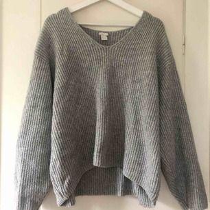 Ljusgrå stickad tröja från HM i storlek M!  100 kr + frakt 😊 Kan även mötas upp i Lidköping!