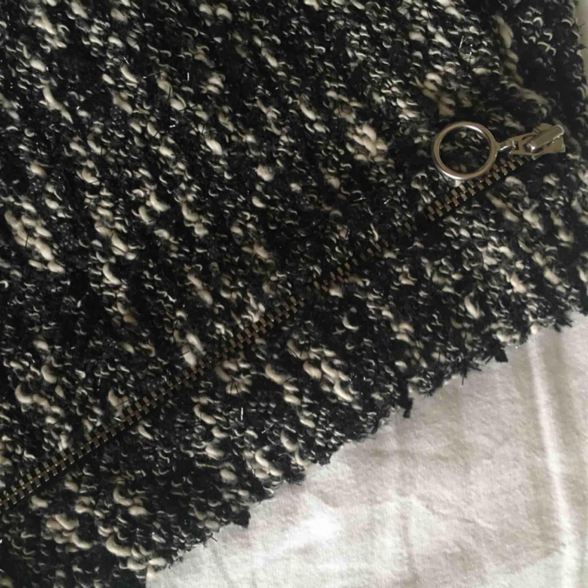 En svartvit mönstrad kjol med lite glitter/blänk i sig. Även en dragkedja på sidan vilket är en fin liten detalj. Endast använd en gång och i väldigt bra skick. Kommer ifrån ZARA. OBS! Notera att totalpriset är 118kr då frakten är 18kr.. Kjolar.