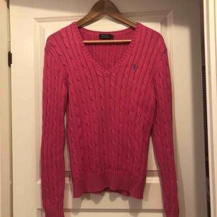 V-ringad rosa kabelstickad Ralph Lauren tröja. Storlek M i normalt begagnat skick. Frakten står köparen för.  Perfekt till hösten!