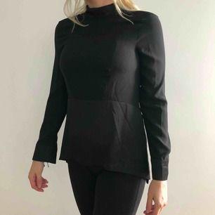 Väldigt skön långärmad tröja med snygga detaljer och slits på sidan.  Använd 1 gång. Säljes pga flytt. Går att mötas upp i Stockholm, annars tillkommer frakt.