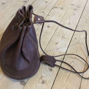 Äkta läder, aldrig använd, inköpt från hantverkare i Marrakesh. Frakt: 25kr Jag är 177cm och bär normalt M 🌿🌿