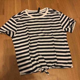 Vit och blårandig t-shirt med knyte från hm, köparen står för frakt, om man vill ha bild på är det bara att skriva💙