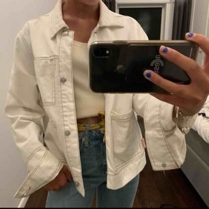 Snyggg jacka ifrån bershka!! Jackan är köpt i en större storlek så att den ska bli oversized! Alltså storlek L, men jag är en xs och den sitter såhär på mig. Fraktar endast! 50kr