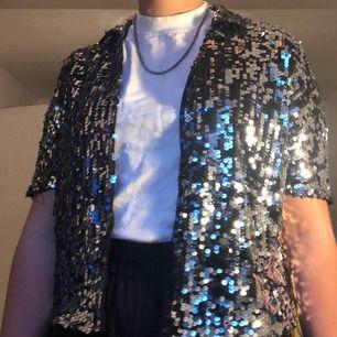 Asball paljett skjorta, perfekt till fest🥳🥳🥳  Strl:XS Skick: Använd en gång så som ny Kan mötas upp i Malmö eller frakta(köparen står för frakt) :)))