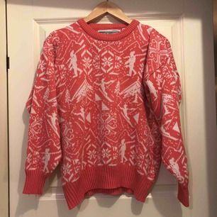 Vintrig rosa stickad tröja. Mer rosa i verkligheten än på bilden.  Står storlek L på lappen men är som en S.  Bra skick!