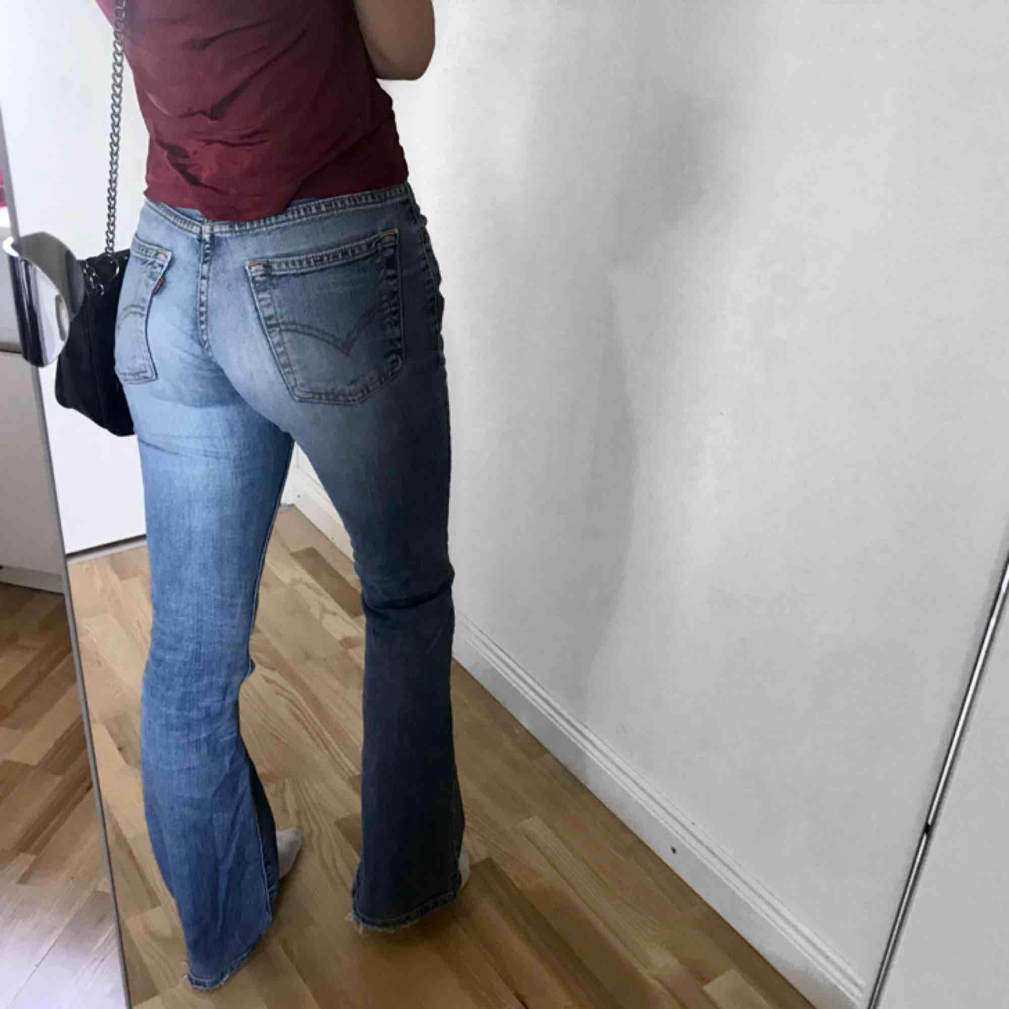 Levis bootcut i storlek 26/32! Passar xs/s Liten fläck på ena knäet 💫. Jeans & Byxor.