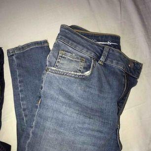 Ett par skinny jeans som är köpta online men är inte nöjd med storleken, (mer som en S) den är då ej använd. En jeansfärg som passar till alla typer av tröjor!  Nypris: 599kr. Frakt är inkluderad i priset! Kan mötas upp omkring Stockholmsområdet!