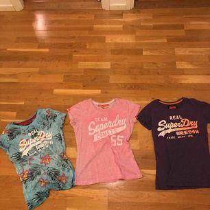 3 superdry vintage t-shirts alla i storlek S. Turkosa- Extremt bra skick, använd ca 3 gånger. Lila- normalt begagnat skick, spruckit lite i texten. Rosa -väldigt använd med lite missfärgningar.  Väldigt sköna och fina. Kan skicka met bilder! 3 för 100kr.