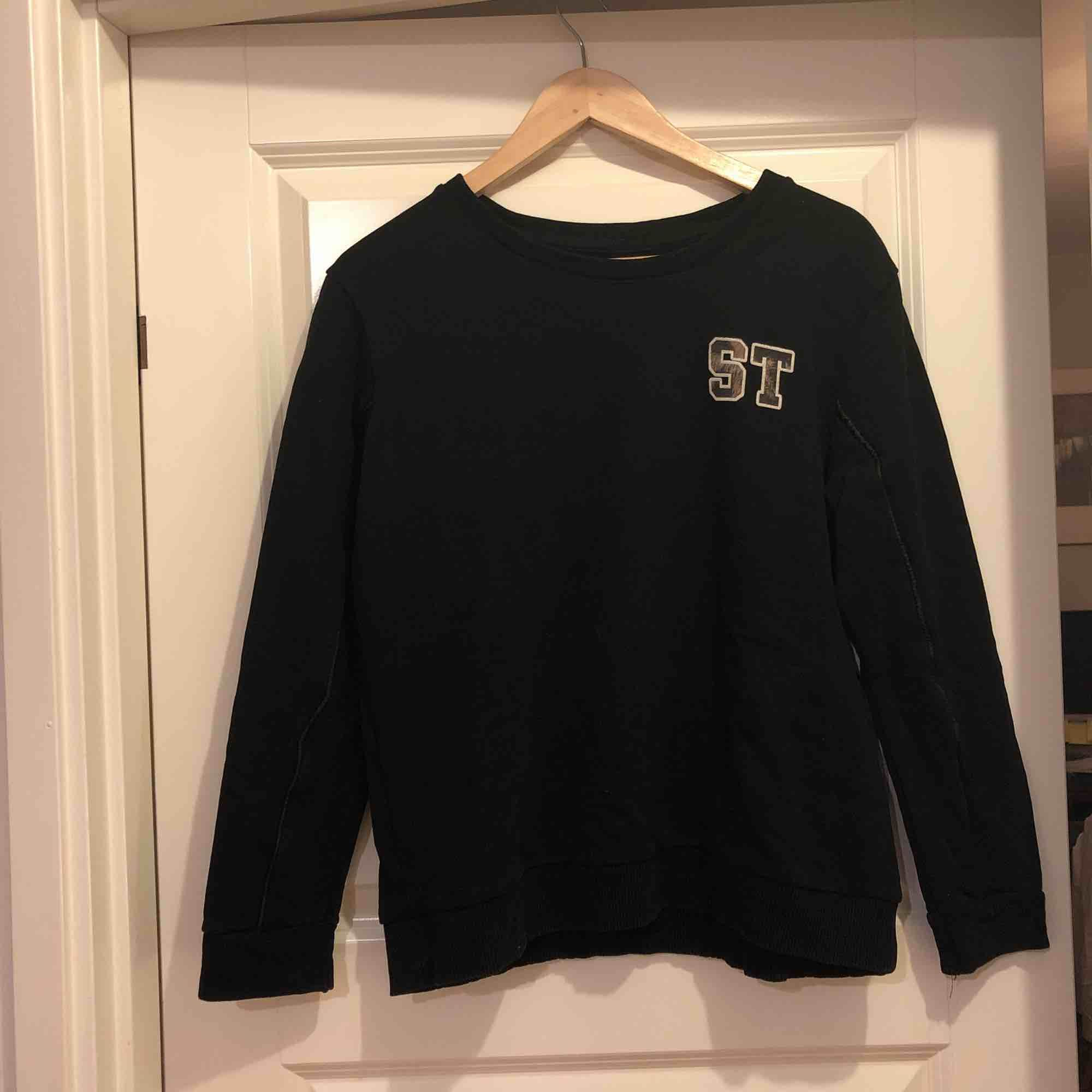Svart sweatshirt från ZARA trafaluc. Storlek M i bra skick.  Skinndrtaljer på ärmarna. . Tröjor & Koftor.