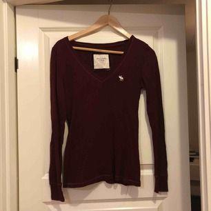 Långärmad vinröd tröja från abercrombie & fitch. Storlek S i normalt begagnat skick.