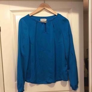 Turkos siden blus från Holly&Whyte (Lindex) Storlek 36 mycket använd. Säljs billigt pga hål i ärmen.