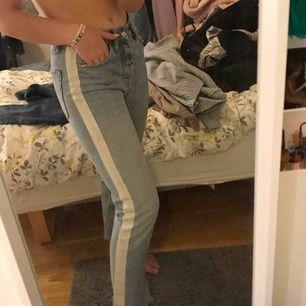 Ett par blå jeans från zara med ett vitt sträck på sidan, mycket fina men får ingen användning av den längre💗