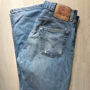 Supersnygga Levis-jeans som tyvärr är för stora för mig. Perfekta modellen med hög midja och raka ben W32 L32. Snygg slitning på ena benet. 200+frakt