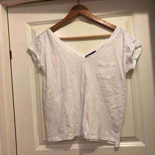V-ringad vit t-shirt från Svea. Storlek S i normalt begagnat skick, lite nopprig.
