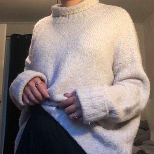 Skitmysig stickad tröja som är perfekt nu till hösten☺️☺️🍂🍁 Strl: M Skick: Bra  Kan mötas upp i Malmö annars frakt! (köparen står för frakt)