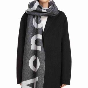 Stor Acne Studios Toronty halsduk. Ej äkta men liknar väldigt mycket.
