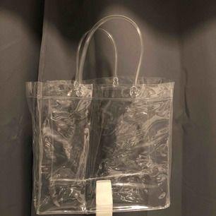 As ball genomskinlig väska Säljer den för att den inte kommer till användning längre då jag köpt en ny Frakt ingår i priset