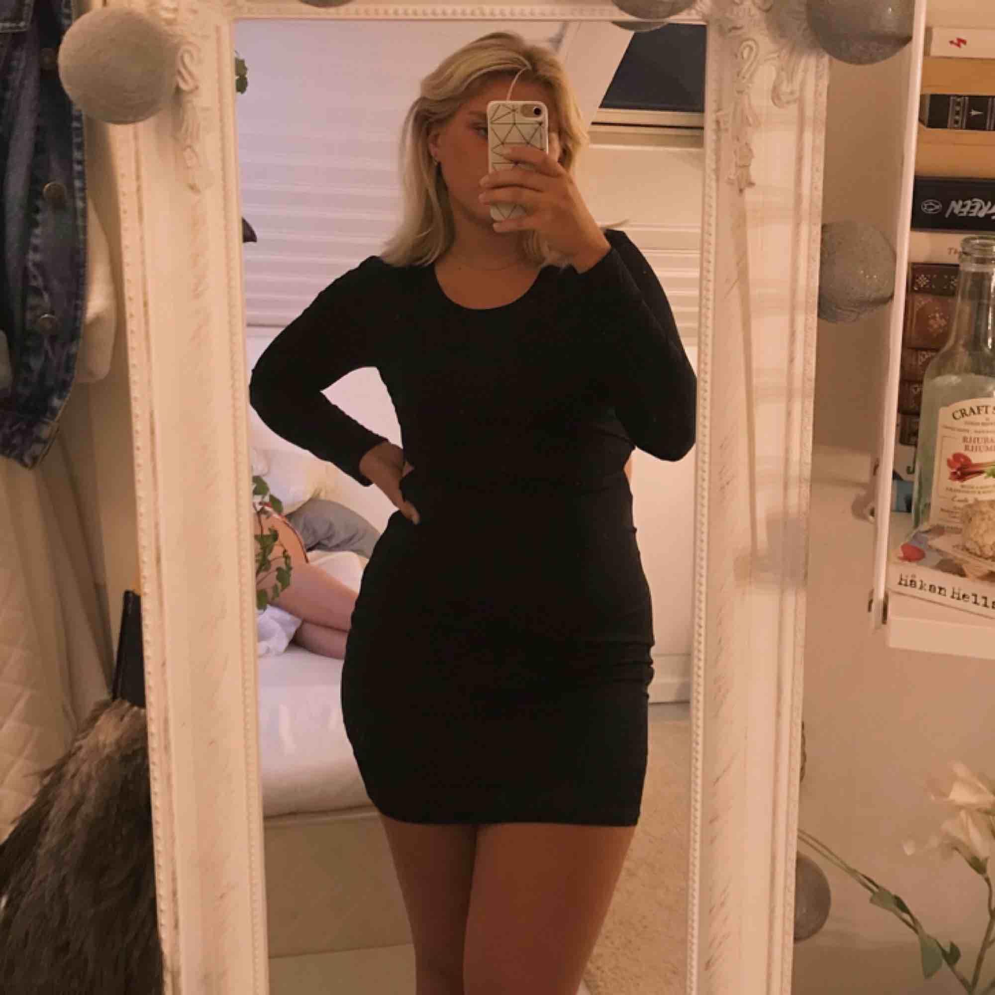 🖤 Svart klänning med halvt öppen rygg 🖤. Klänningar.
