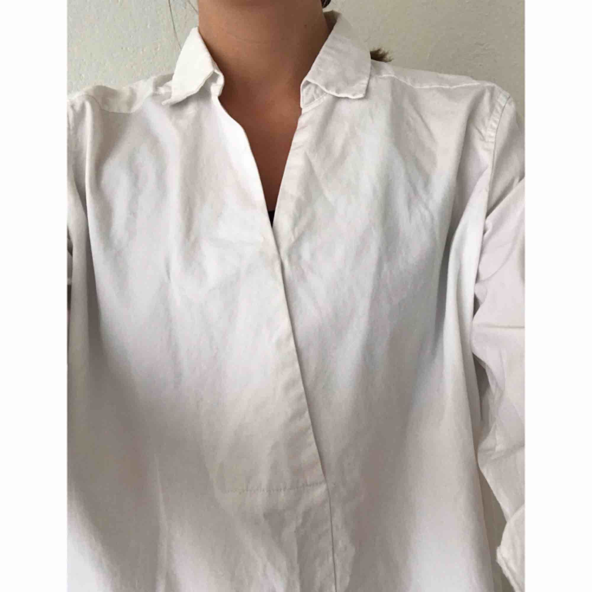 Poplin-skjorta med trekvartsärm, från brittiska Hobbs London. Nypris 995:- 100% bomull, fint skick, ostruken på bilderna dock. Frakt tillkommer på 45:-. . Skjortor.