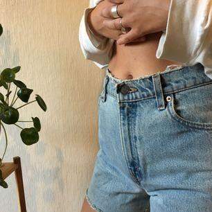 Levi's shorts i modell 550 Frakt: 25kr Jag är 177cm och bär normalt M, skulle gissa att dessa är ca 28 i midjan men storlek framgår ej. 🌿🌿