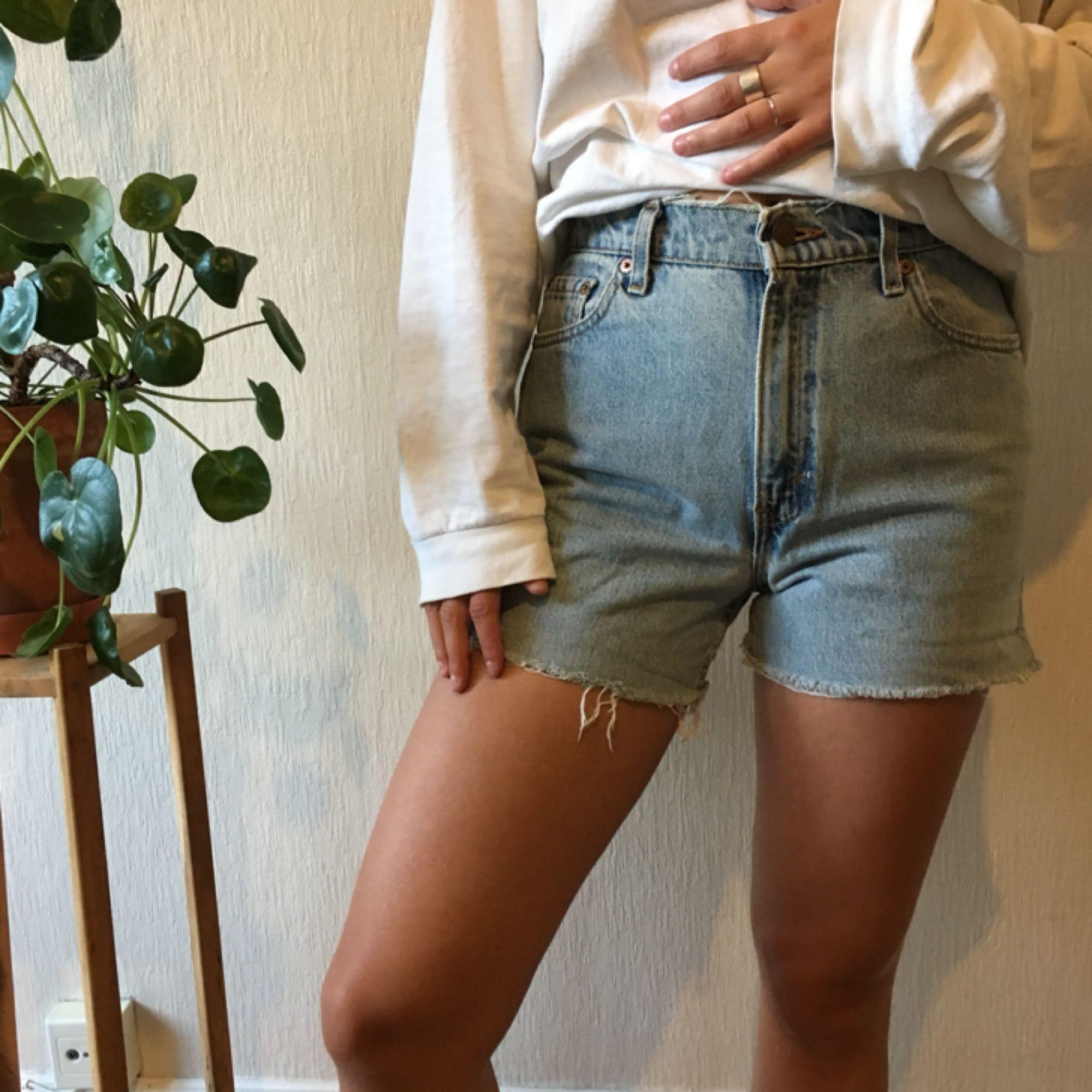 Levi's shorts i modell 550 Frakt: 25kr Jag är 177cm och bär normalt M, skulle gissa att dessa är ca 28 i midjan men storlek framgår ej. 🌿🌿. Shorts.