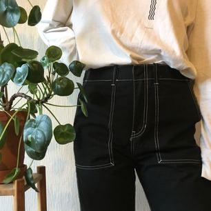 Avklippta byxor från weekday Storlek 48 i herrstorlek: jag är 177cm och bär normalt M, dessa går bra med ett skärp! Frakt: 35kr 🌿🌿